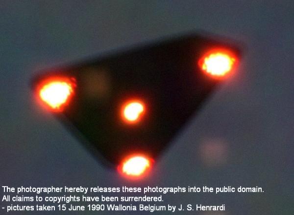 Треугольный силуэт в небе Бельгии