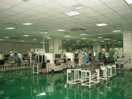 После посещения «ручного» цеха, нас проводили в автоматизированный цех, выполняющий операции по оснащению печатных плат  мелкими деталями