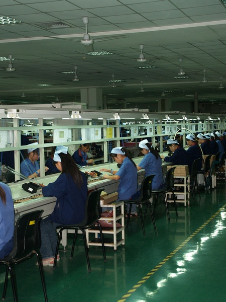 Девушки, так и хочется сказать, работницы питания :), усердно трудятся на конвейере