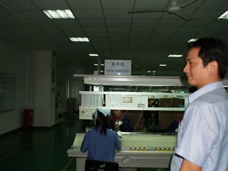 Все начинается с так называемой ручной вставки… Г-н Чин Ай Ченг - наш второй сопровождающий на фабрике
