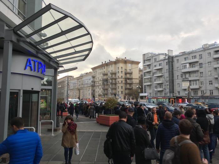 Очередь желающих купить смартфон Le Eco со скидкой 5000 рублей начиналась на улице